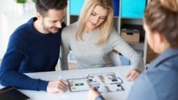 Asesor inmobiliario atendiendo a pareja